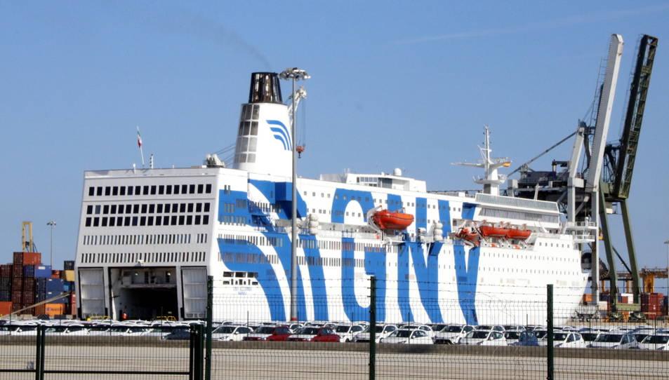 El vaixell atracat a Tarragona és el creuer turístic GNV Azzura.
