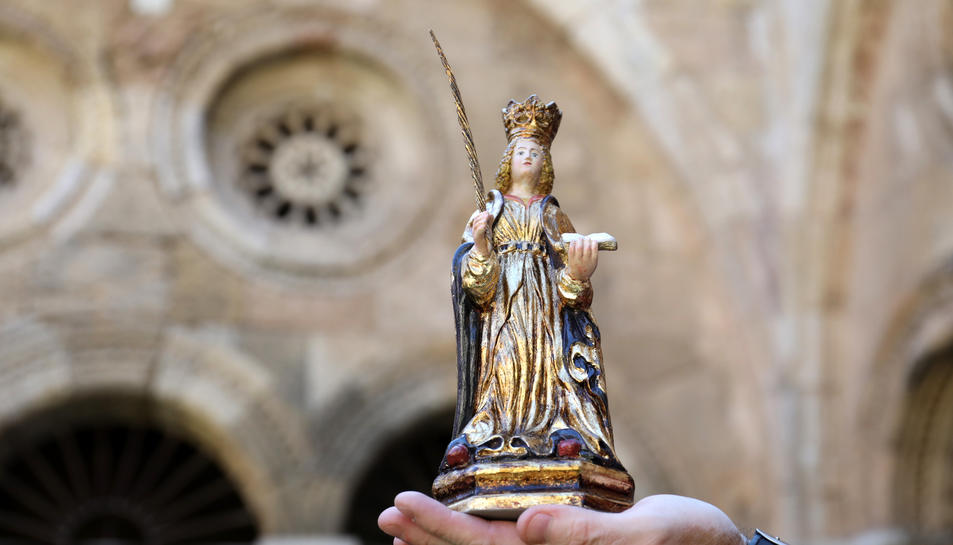 La imatge de Santa Tecla és una peça policromada elaborada de manera artesana.