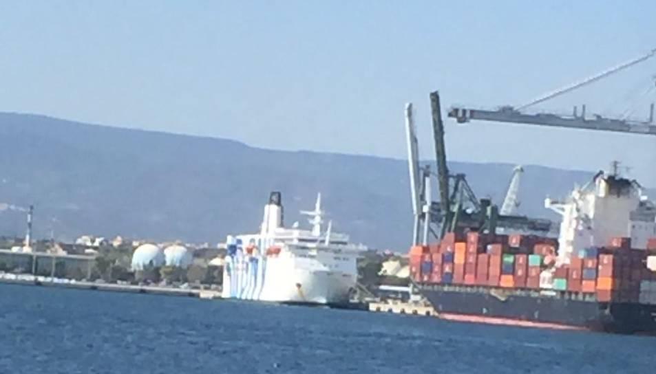 Es tracta del creuer turístic GNV Azzura, que ha atracat a Tarragona per ordres de l'Estat Espanyol.