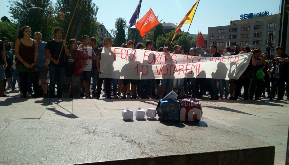 Imatge de la concentració feta aquest dimecres davant la subdelegació del Govern a Tarragona.