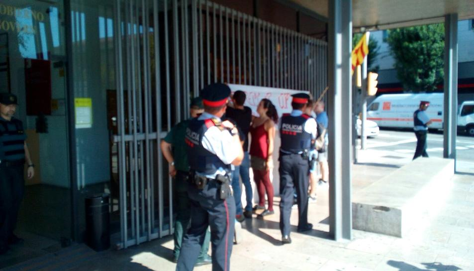 Agents de Mossos i Guàrdia Civil estan presents en la concentració.