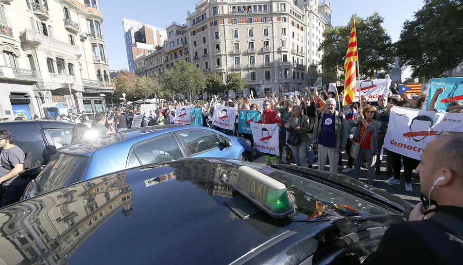 Protesta davant la conselleria d'Economia de la Generalitat per la intervenció policial.
