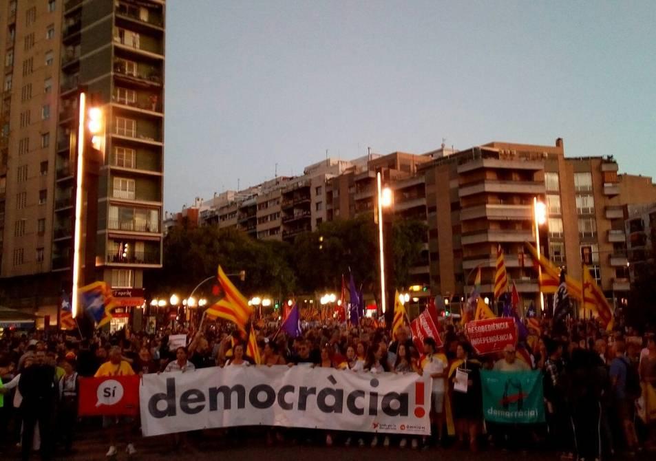 La pancarta de democràcia encapçalant la concentració.