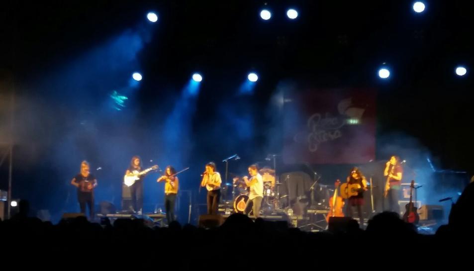 Un moment de l'actuació de Roba Estesa a l'avinguda Vidal i Barraquer.