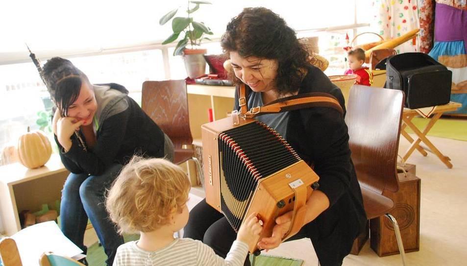 Infants en un taller de música del curs passat.