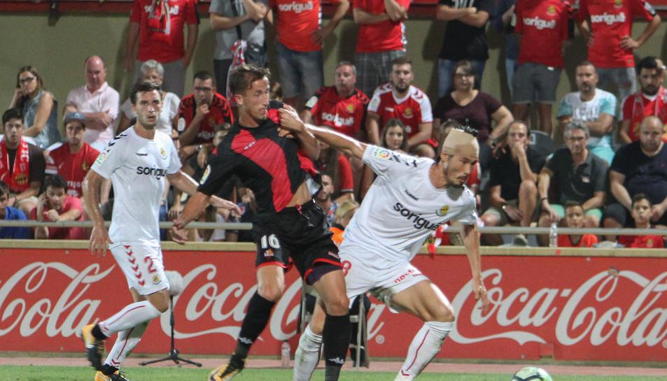 Suzuki, a la dreta de la imatge, durant una jugada del Reus-Nàstic d'aquesta temporada a l'Estadi Municipal.