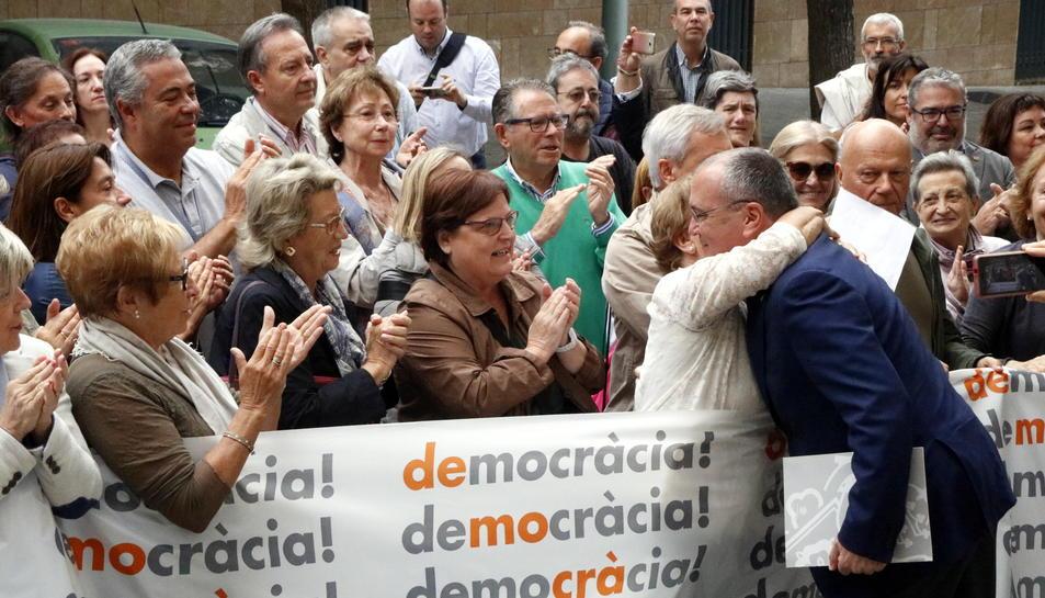Pla obert de l'alcalde de Reus, Carles Pellicer, rebent suports i abraçades a les portes de l'Audiència de Tarragona abans de comparèixer davant la fiscalia per l'1-0. Imatge del 21 de setembre del 2017