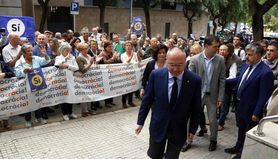 Pla obert de l'alcalde de Reus, Carles Pellicer, dirigint-se a les portes de l'Audiència de Tarragona abans de comparèixer davant la fiscalia per l'1-0. Imatge del 21 de setembre del 2017