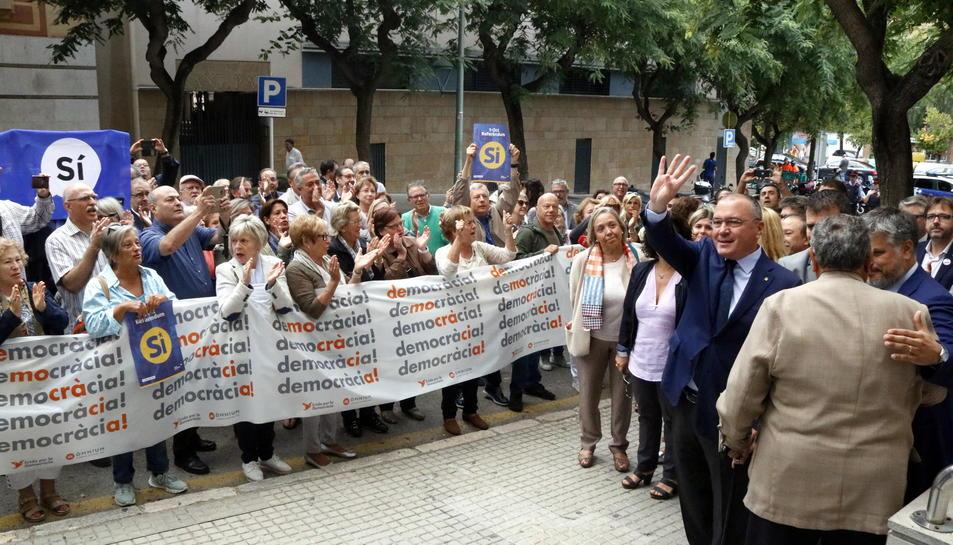 Pla general de l'alcalde de Reus, saludant al centenar de persones que l'aclamen a les portes de l'Audiència de Tarragona, on ha de declarar davant la fiscalia per l'1-O. Imatge del 21 de setembre del 2017