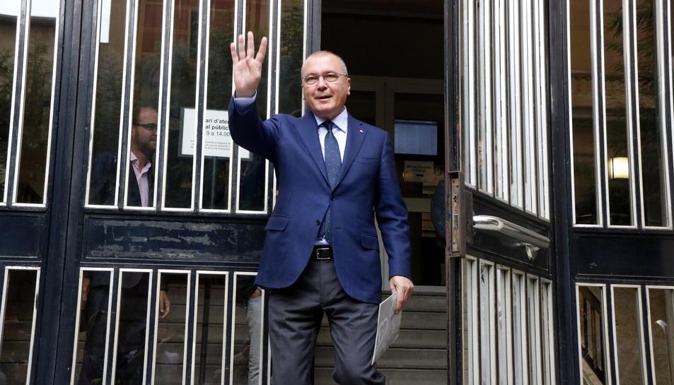 Pla americà de l'alcalde de Reus, Carles Pellicer, alçant la mà a la sortida de l'Audiència de Tarragona, després de comparèixer a la fiscalia. Imatge del 21 de setembre del 2017