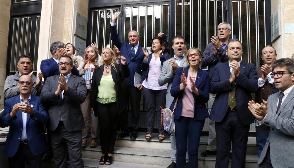 Pla general de l'alcalde de Reus, Carles Pellicer, saludant a les escales de l'Audiència de Tarragona acompanyat de regidors i alcaldes del PDeCAT el 21 de setembre del 2017