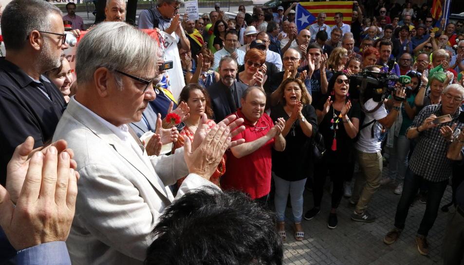 Pla mig de l'alcalde de Torredembarra, Eduard Rovira, aplaudint a les portes de l'Audiència de Tarragona, amb desenes de persones al fons, el 21 de setembre del 2017