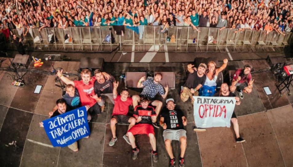 Els membres de Txarango amb les pancartes.