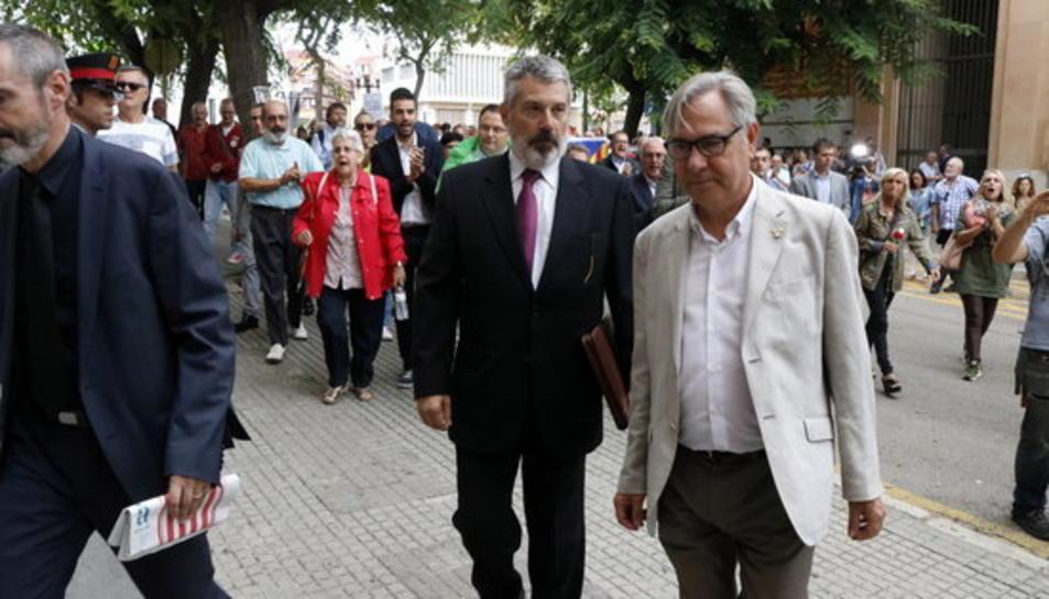 Pla americà de l'alcalde de Torredembarra, Eduard Rovira, arribant a l'Audiència de Tarragona. Imatge del 21 de setembre del 2017.