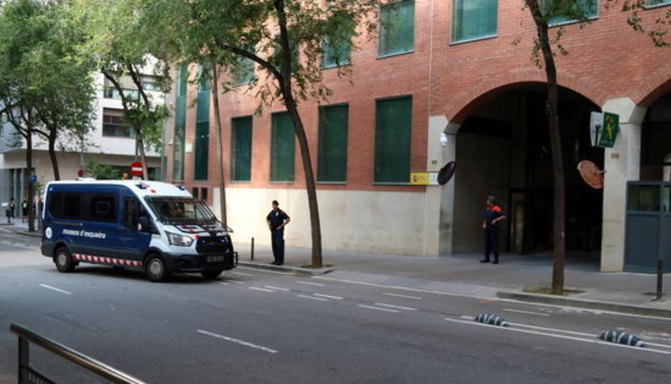 Furgoneta dels Mossos d'Esquadra arribant a la porta de la caserna de la Guàrdia Civil a Travessera de Gràcia, el 21 de setembre del 2017.
