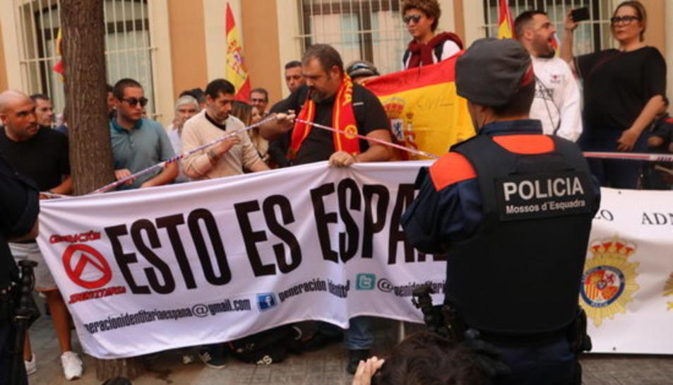 Més de 150 persones es manifesten a favor de la Guàrdia Civil a la caserna de Travessera de Gràcia, el 21 de setembre del 2017.