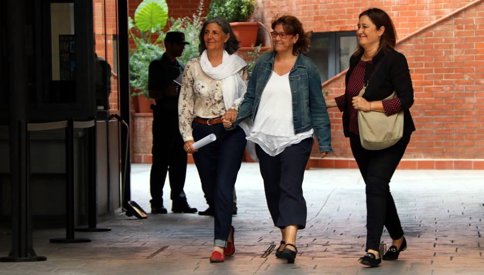 La sortida de Natàlia Garriga, directora de Serveis de la Secretaria General de Vicepresidència, de la caserna de la Guàrdia Civil de Travessera de Gràcia.