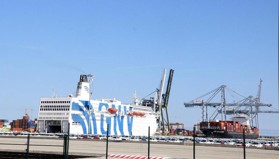 El creuer GNV Azzurra, atracat al Moll d'Andalusia del Port de Tarragona.