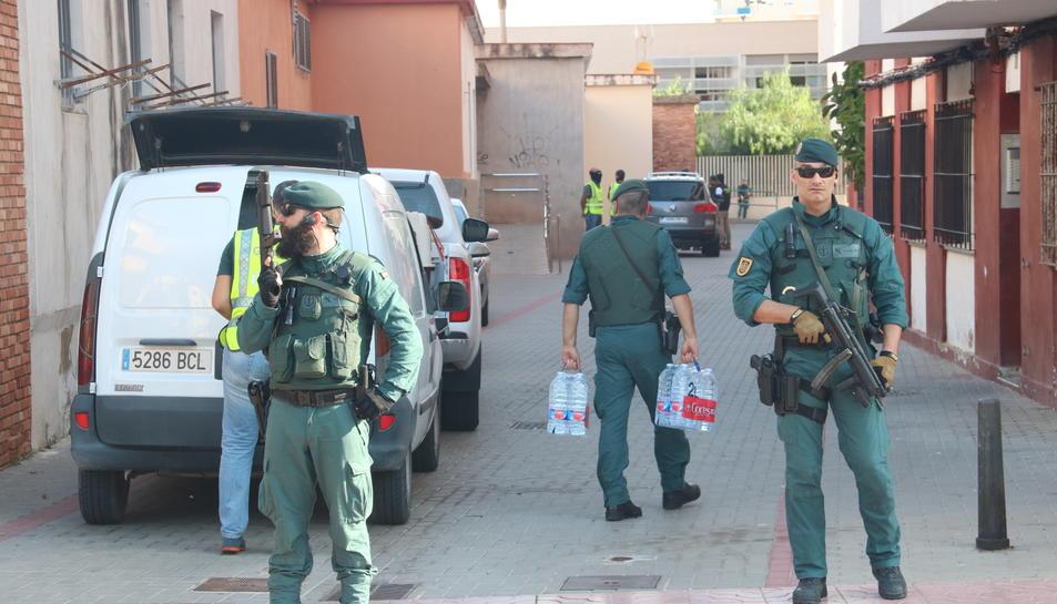Pla obert de dos agents de la Guàrdia Civil custodiant la zona de Vinaròs on s'ha detingut un home per la seva presumpta col·laboració amb la cèl·lula gihadista que va atemptar a Barcelona i Cambrils. Imatge del 22 de setembre del 2017