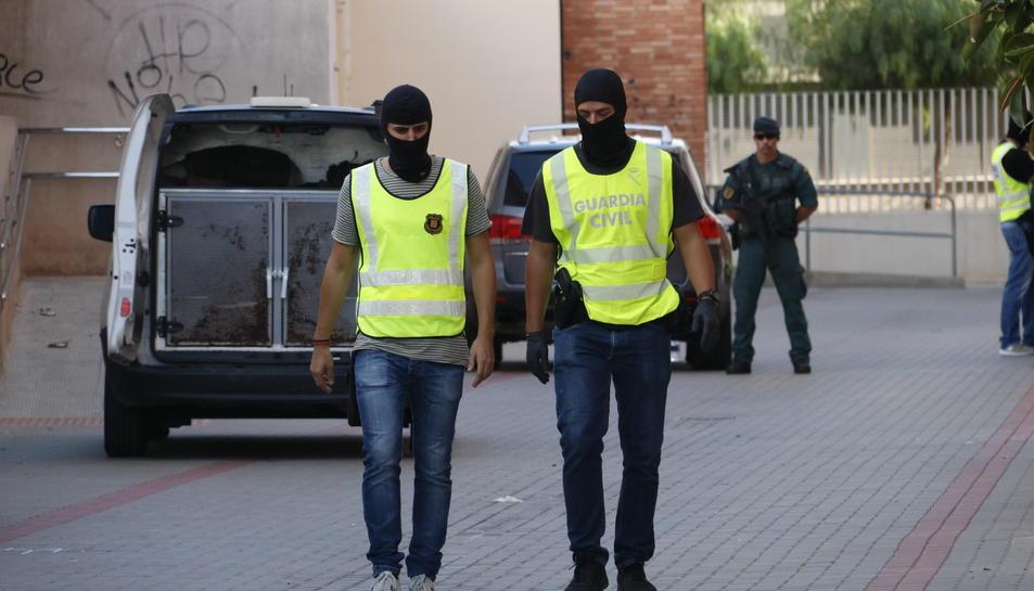 Pla obert d'un agent dels Mossos d'Esquadra i un agent de la Guàrdia Civil, a Vinaròs, en l'operació policial en què s'ha detingut un presumpte col·laborador de la cèl·lula que va atemptar a Catalunya. Imatge del 22 de setembre de 2017