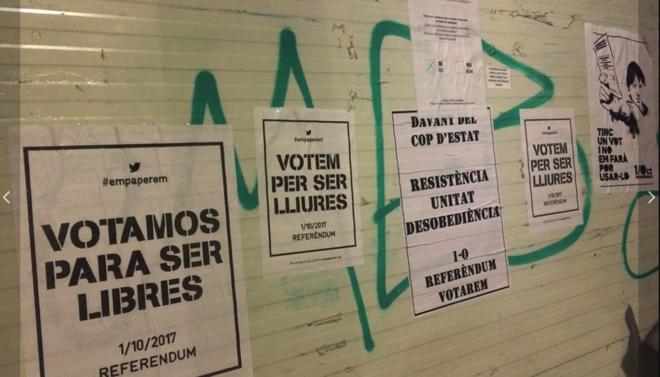 Imatge de cartells a favor del referèndum enganxats als carrers de Reus.