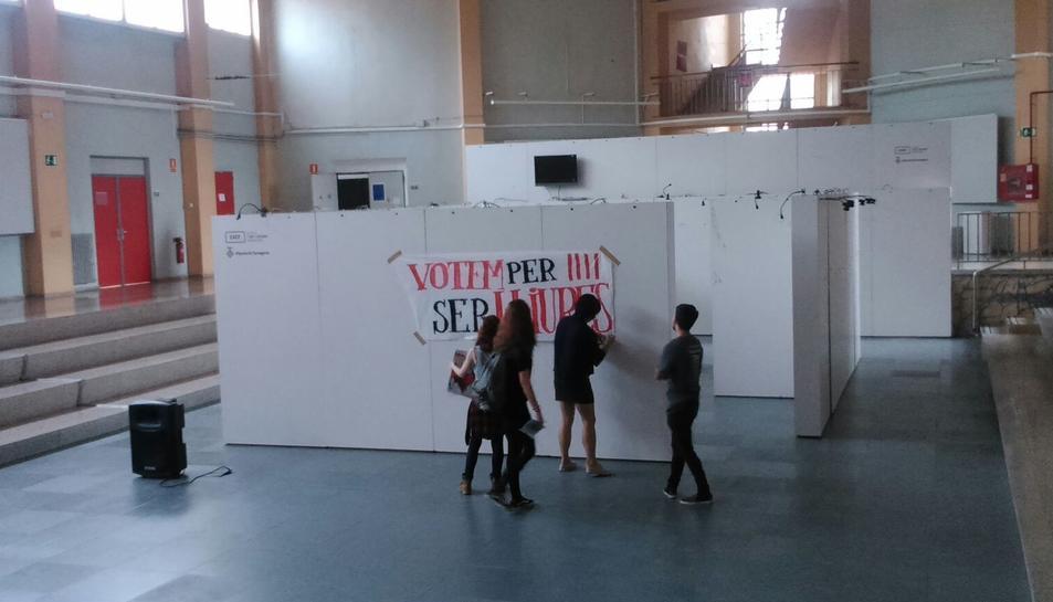 La concentració ha acabat amb una enganxada de cartells al Campus Sescelades i a l'Escola d'Art de la DIputació.