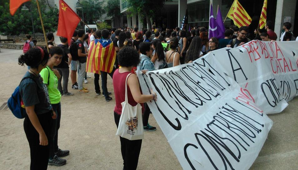 Diversos estudiants s'han concentrat al Campus Sescelades.