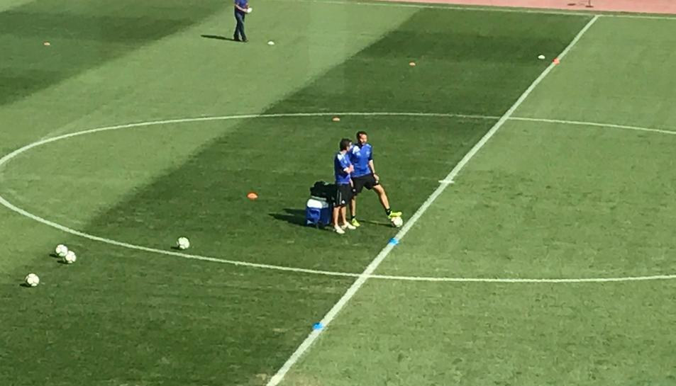 Aritz López Garai xerra amb el seu segon, Xavi Bartolo, moments abans de començar el partit.