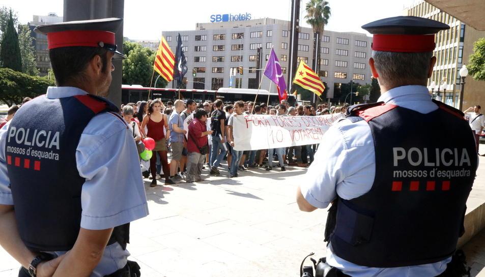 Dos agents dels Mossos d'Esquadra durant la concentració a la seu provincial de Tarragona de la Fiscalia.