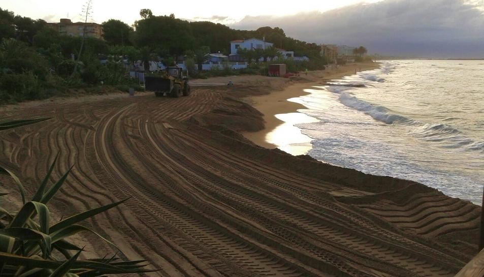 Reposició de sorra realitzada a principis de juny, on es pot veure el desnivell respecte el mar.