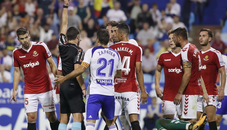 Aquest és el moment en el qual l'àrbitre mostra la cartolina vermella a Borja Iglesias, a les acaballes de la primera meitat.