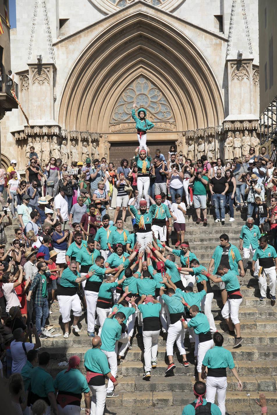 Pilar caminant dels Castellers de Sant Pere i Sant Pau.