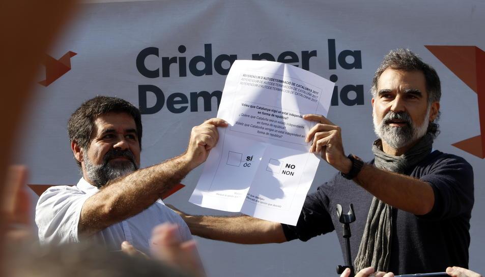 Sánchez i Cuixart mostres una còpia de gran tamany d'una papereta oficial.
