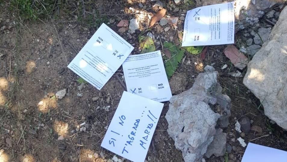 També hi han deixat paperetes del referèndum.