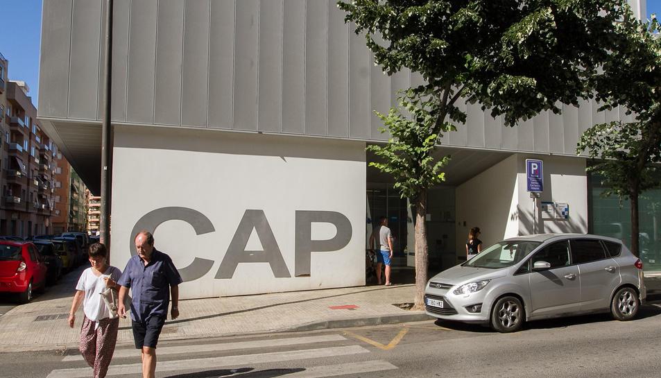 La façana del CAP Horts de Miró, que acollirà la residència en les seves plantes superiors.