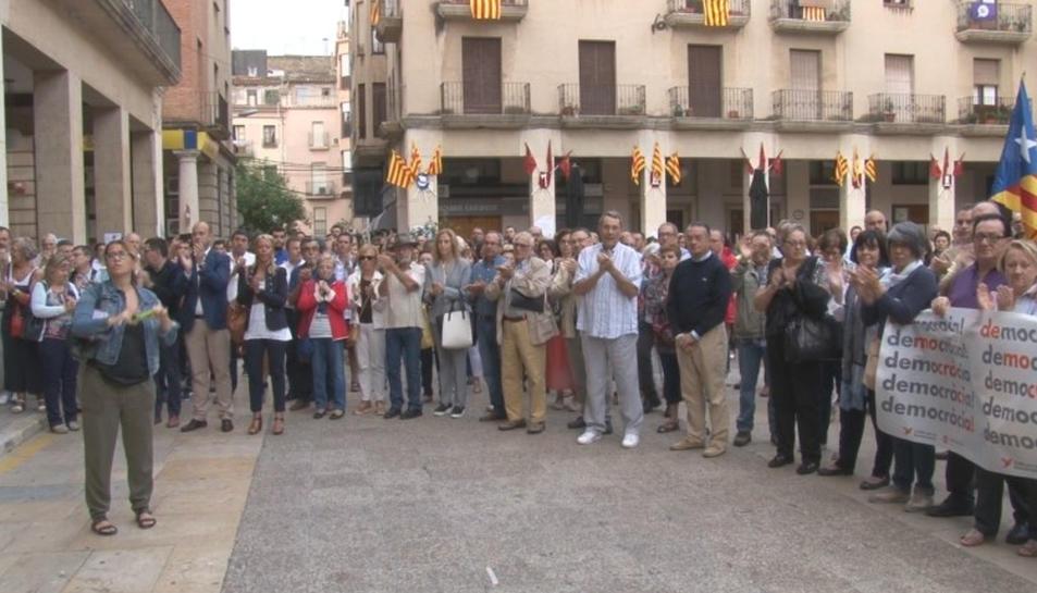 Pla general de part dels ciutadans que s'han concentrat a les portes de l'Ajuntament de Tortosa per donar suport a l'alcalde Ferran Bel abans de la seva compareixença a Madrid davant del Fiscal. Imatge del 25 de setembre de 2017 (horitzontal)