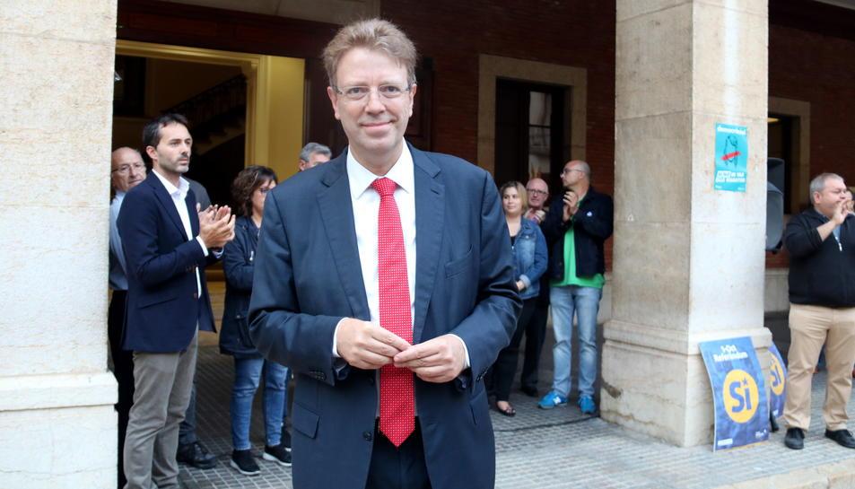 Pla mig de l'alcalde de Tortosa, Ferran Bel, davant d'alguns regidors del consistori que li han mostrat el seu suport abans de la compareixença davant del Fiscal a Madrid. Imatge del 25 de setembre de 2017 (horitzontal)