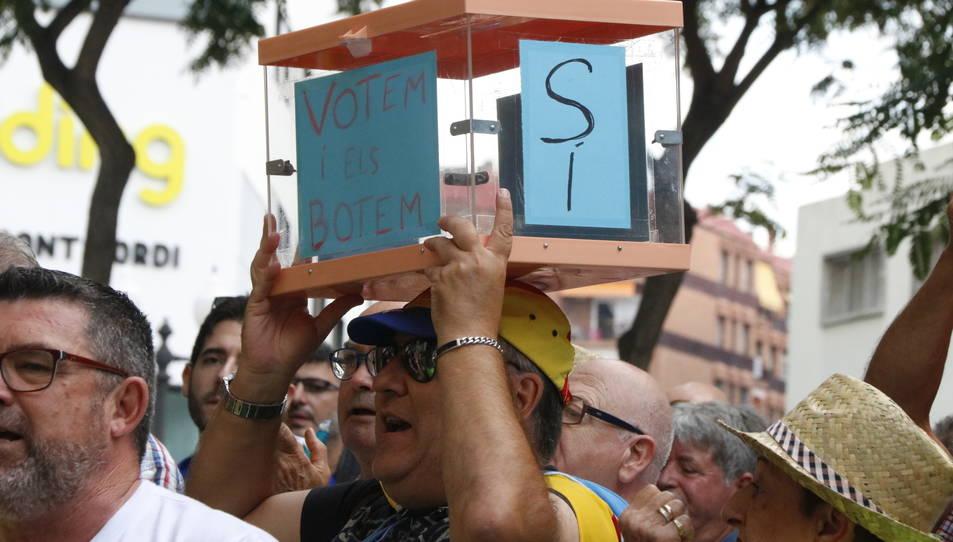 Pla curt d'una manifestant amb una urna davant l'Audiència de Tarragona. Imatge del 25 de setembre de 2017