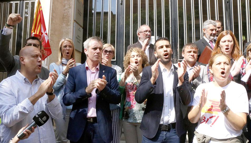 Imatge d'arxiu de l'alcalde d'Amposta, Adam Tomàs, acompanyat de regidors i alcaldes davant l'Audiència de Tarragona, després de comparèixer a la fiscalia.