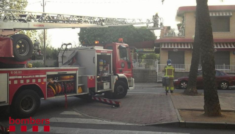 Cinc dotacions de Bombers van actuar en l'incendi produït al bar Oasis.