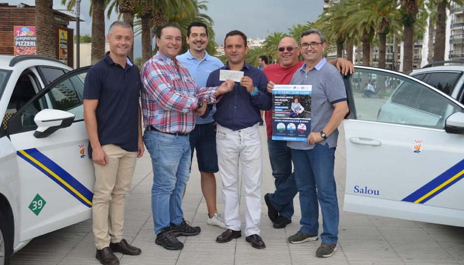 Membres de la junta de Sosciathlon recollint una aportació de l'Agrupació RadioTaxi Salou.