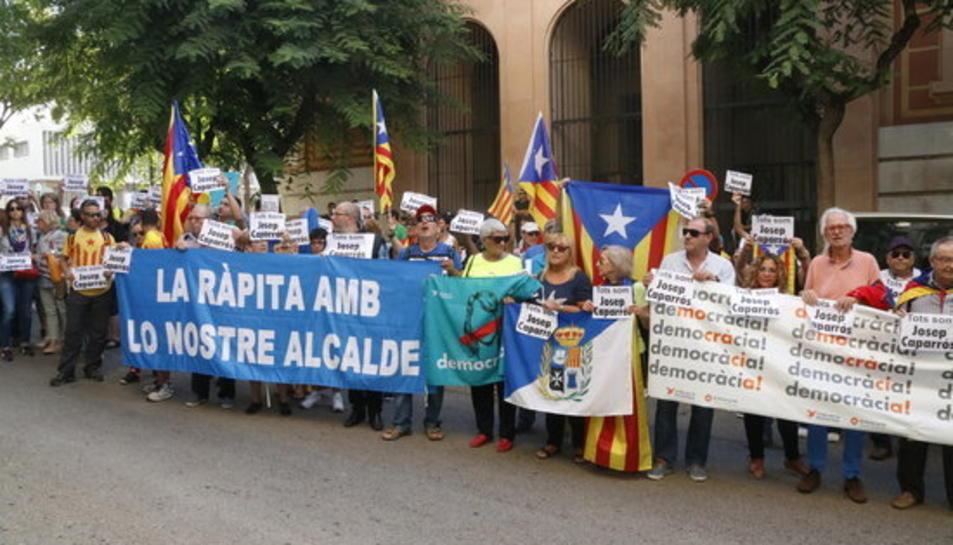 Desenes de persones concentrades amb pancartes i estelades a les portes de l'Audiència de Tarragona per donar suport a l'alcalde de la Ràpita, Josep Caparrós.