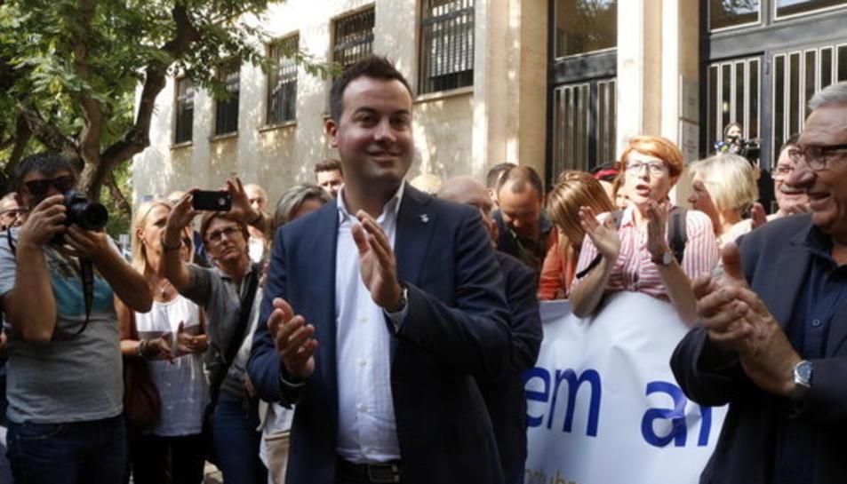 Primer pla de l'alcalde de Deltebre, Lluís Soler, aplaudint a la sortida de fiscalia, aquest 25 de setembre de 2017.