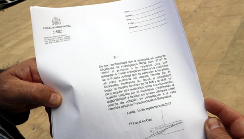 Primer pla del document que la Guàrdia Civil ha entregat a l'Ajuntament d'Oliana reclamant documentació del referèndum.