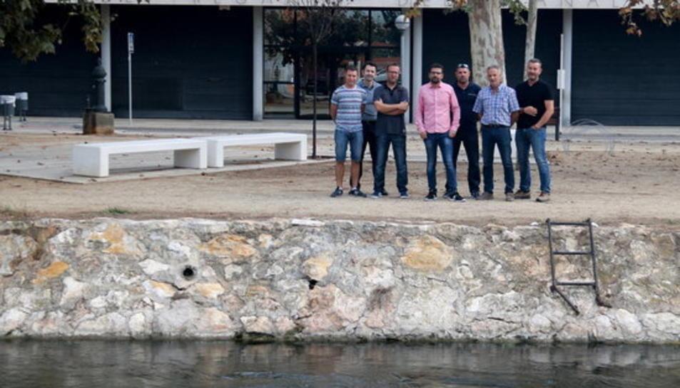 Els membres de la llista renovadora a la comunitat de regants de la Zona Delta, davant la seu de l'entitat a Amposta.