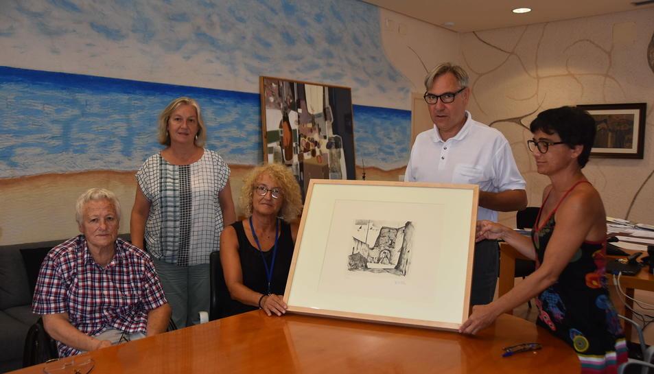 D'esquerra a dreta: Mercè Alonso (experta en gravat), Núria Canyelles (Arxivera Municipal), Norma Pla (filla de l'artista), Eduard Rovira (alcalde) i Núria Batet (regidora de Cultura i Patrimoni).
