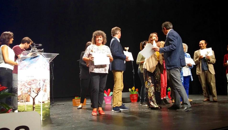 La regidora de Medi Ambient, Montse Castellarnau, recollint el guardó a la gala Flors d'Honor 2017.