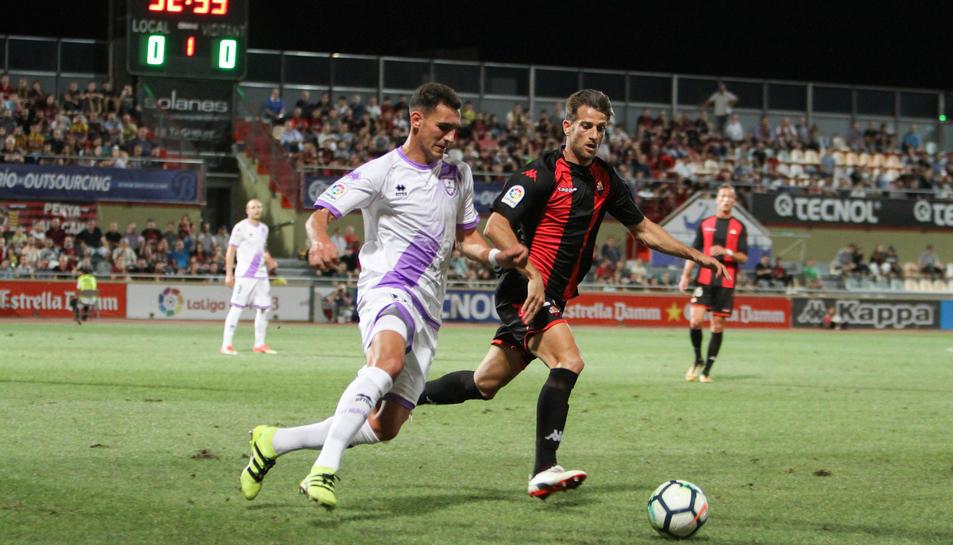Máyor amb un jugador del Numància i l'empat en el marcador del fons. Un gol del punta va donar al Reus l'únic triomf fins ara.