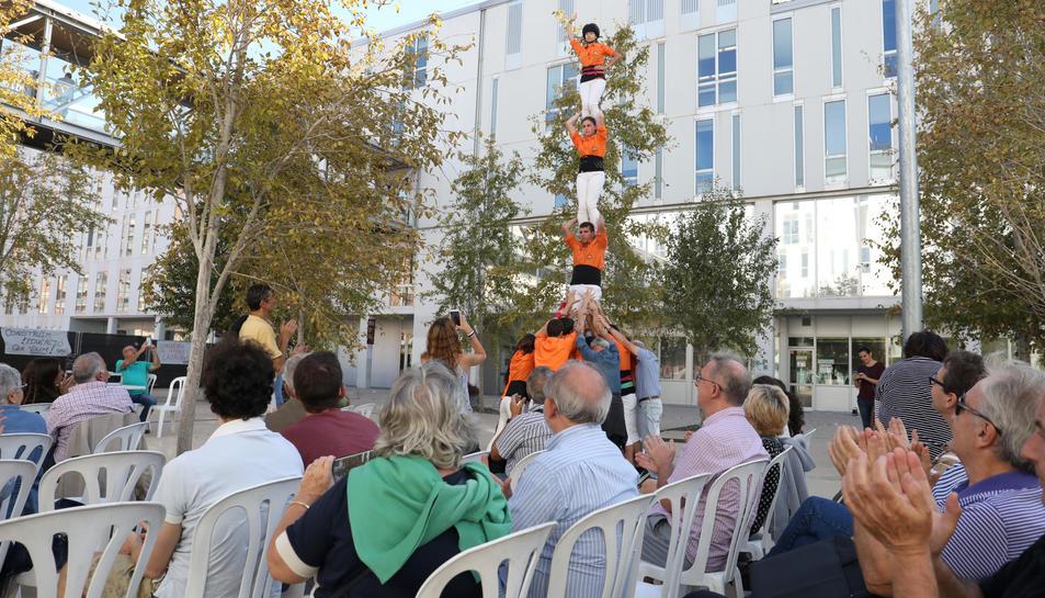 L'acte va començar amb un pilar aixecat pels Pataquers, els castellers de la Universitat.