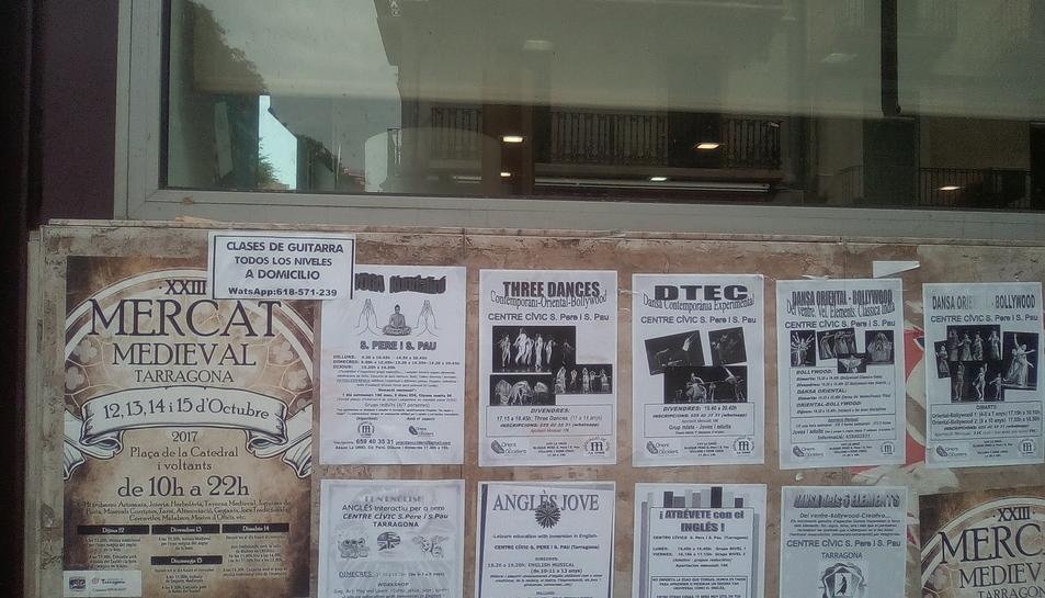 Imatge de la paret plena de cartells on abans, a sobre, hi havia els proreferèndum.